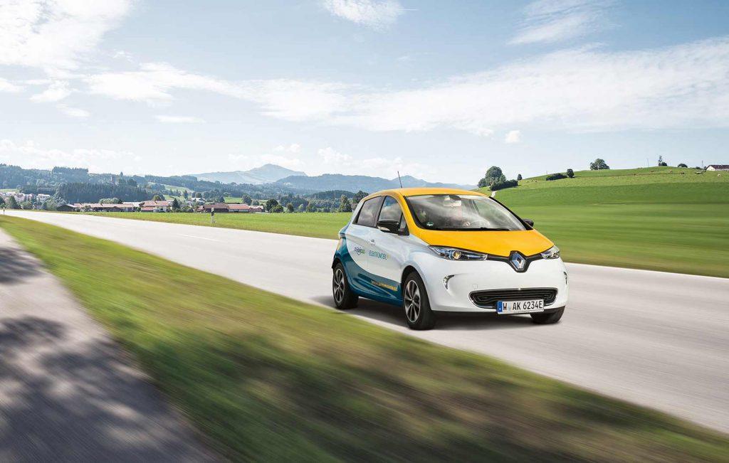 Fotgrafie eines Elektrofahrzeuges des Energieanbieters Entega AG fährt in sonniger Landschaft